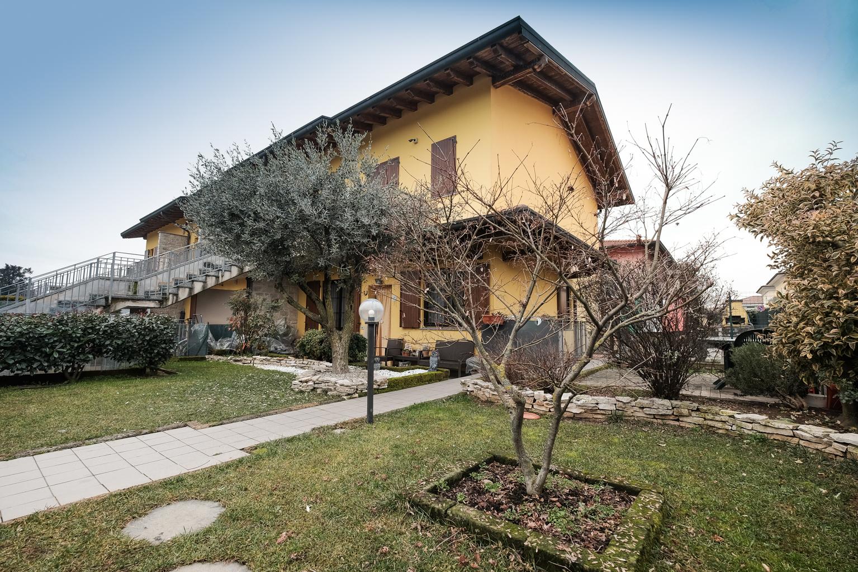 Appartamento trilocale in villetta, con giardino su due lati a Spirano (BG)