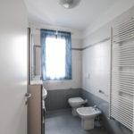 primo bagno con sanitari e mobilio